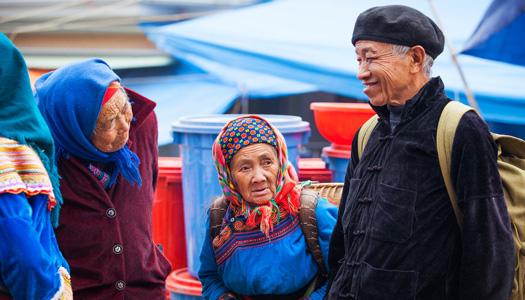 Les Hmong fleurs dans le marché de Bac Ha