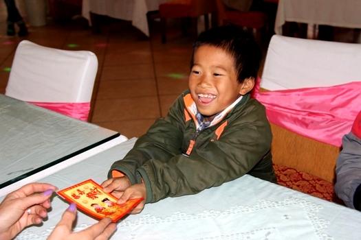 Grande joie de l'enfant en recevant l'étrenne